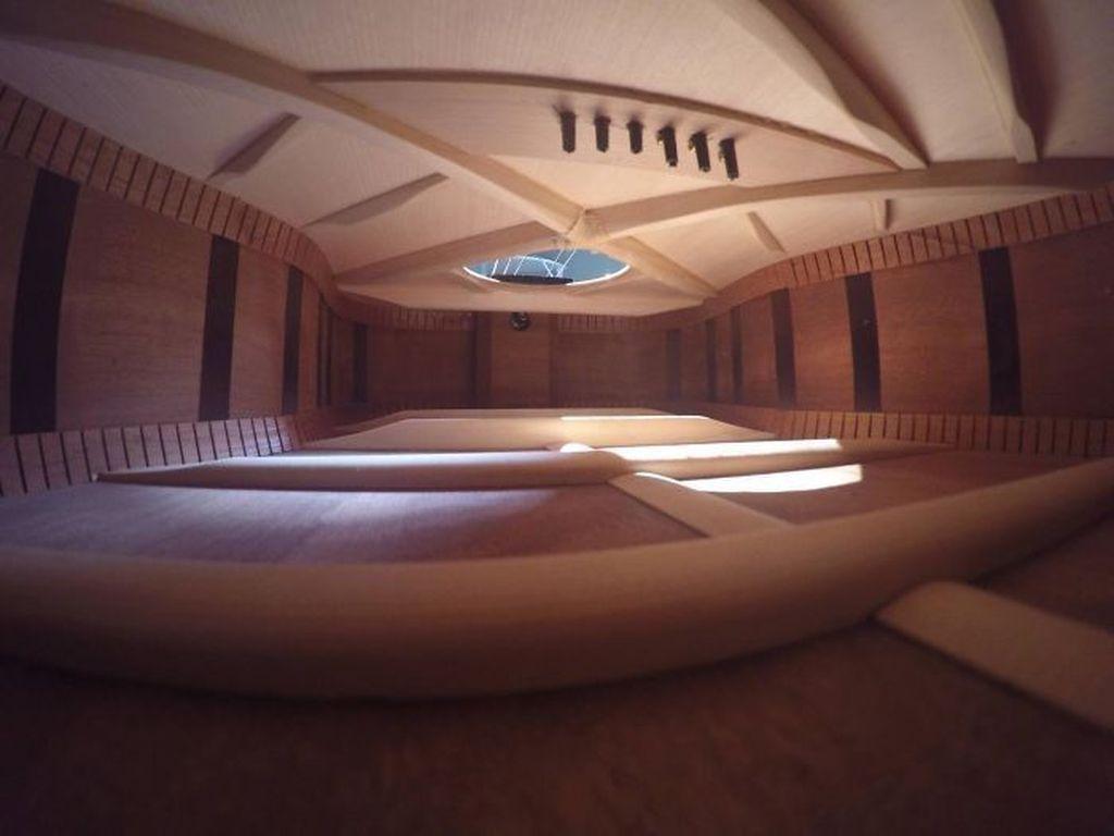 Bukan sebuah ruangan apartemen, melainkan bagian dalam gitar. (Foto: Boredpanda)