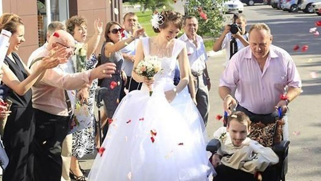 Wanita Cantik Menikahi Pria Lumpuh, Bukti Cinta Tak Selalu Pandang Fisik