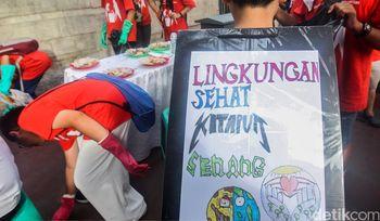 Aksi Anak SMP Bersih-bersih Sampah Plastik di Car Free Day