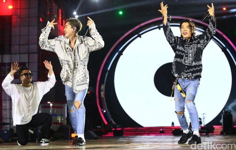Super Junior D&E sukses membuat para ELF histeris di HUT Transmedia yang ke-17 yang diadakan di lapangan Transcity Sunburst BSD, Tangerang Selatan, Sabtu (15/12/2018) malam kemarin.