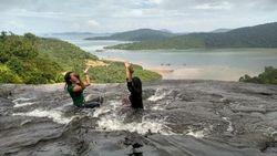 Uniknya Anambas: Basah-basahan di Air Terjun, Depannya Laut
