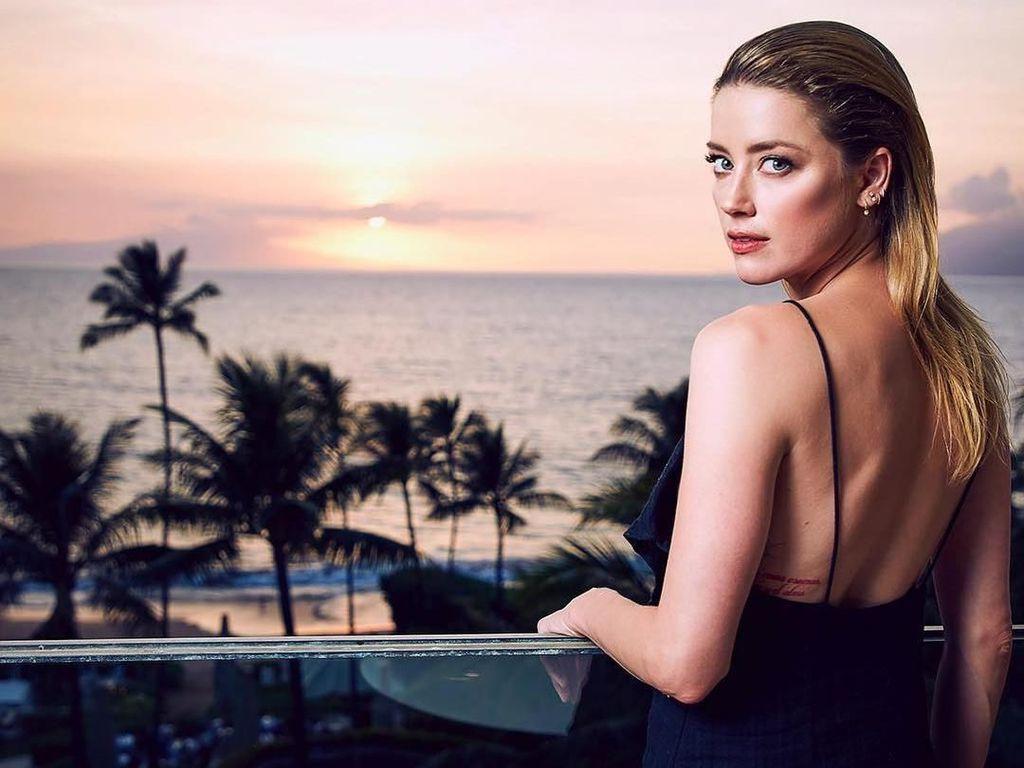 Foto: Amber Heard, Si Cantik yang Doyan ke Pantai