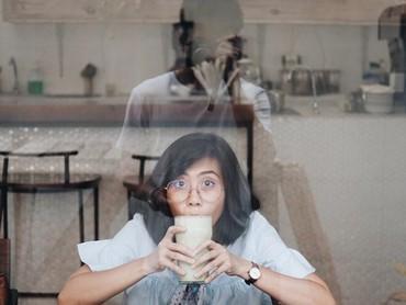 Romantis nih. Rendy Pandugo rela keluar kafe demi memotret istri dari luar jendela. Keren juga ya hasil jepretan Rendy, Bun? (Foto: Instagram @miasesaria)