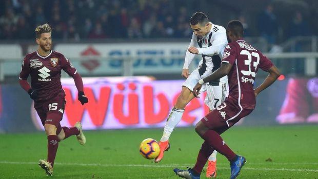 Cristiano Ronaldo mencetak gol melalui eksekusi penalti ke gawang Torino. (