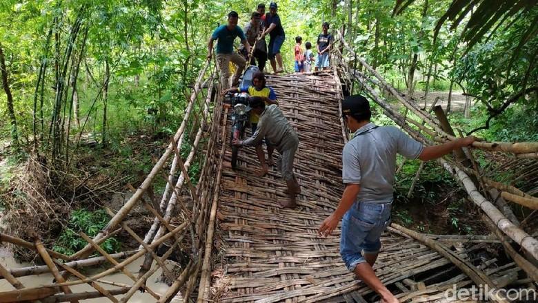 Jembatan Ambruk Diterjang Banjir,  Akses 2 Desa di Bojonegoro Putus