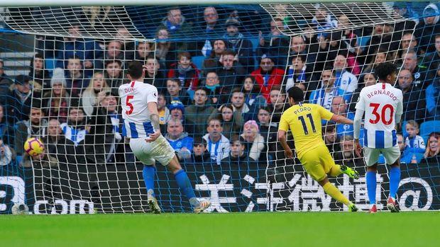 Pedro mencetak gol pembuka Arsenal ke gawang Brighton & Hove Albion. (