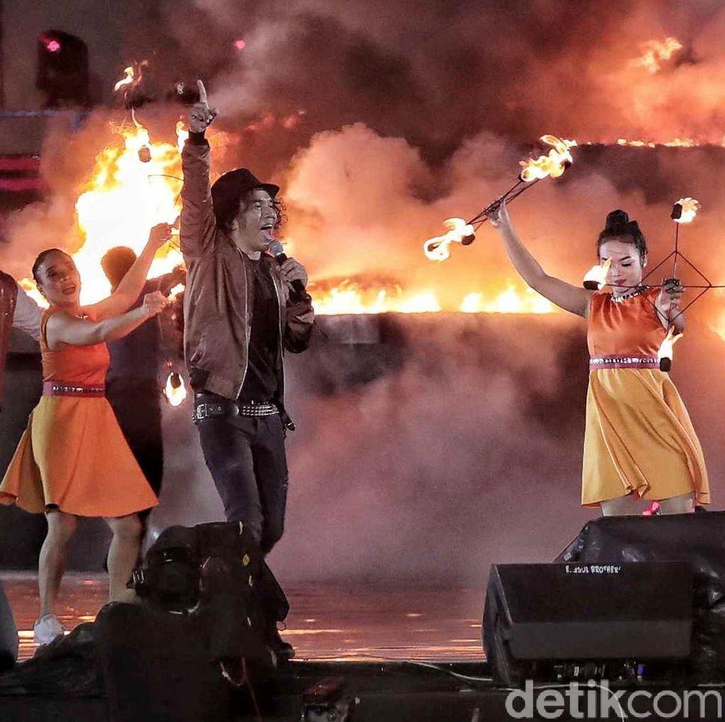 Main Api Sambil Nyanyi Jadi Pengalaman Baru Slank di HUT Transmedia