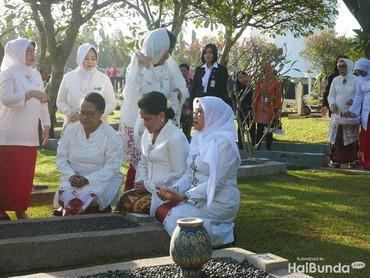 Dengan khusyuk Iriana, Yohana Yembise dan Mufidah Jusuf Kalla mendoakan mendiang para wanita insipiratif ini.