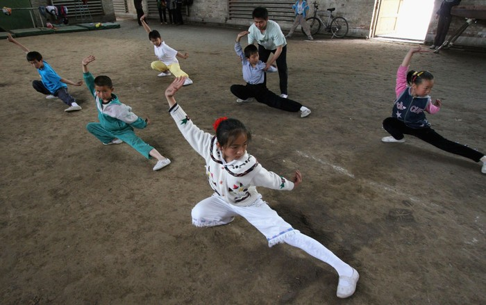 Biasanya kalau lihat orang berlatih Kung Fu ya di film-film. Akan tetapi di dunia nyata, bela dirinya Bruce Lee ini sangat diminat bahkan terus diturunkan ke anak-anak berbagai negara salah satunya di China. (Foto: Getty Images)