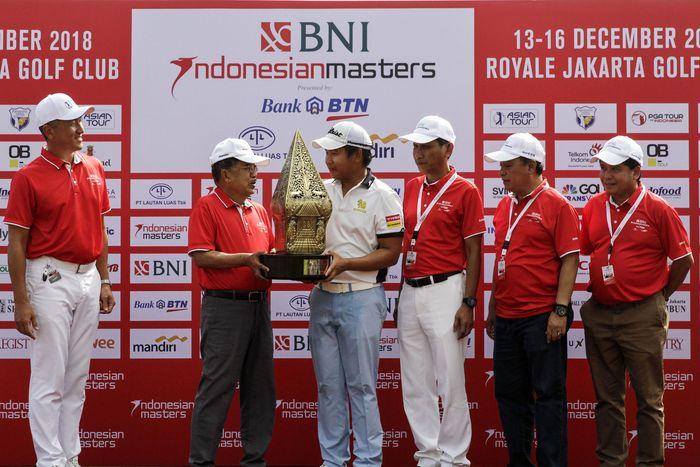 Pegolf Thailand Poom Saksansin keluar sebagai juara pada turnamen golf internasional terbesar di Indonesia, BNI Indonesian Masters 2018. Pool/BNI.