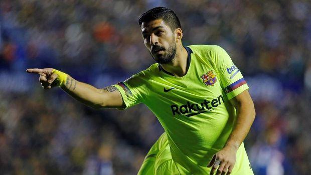 Luis Suarez mencetak gol pembuka Barcelona ke gawang Levante. (