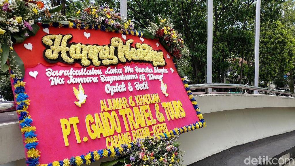 Karangan Bunga Mulai Terlihat di Lokasi Nikahan Opick-Bebi