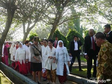 Dalam rangka menuju puncak Peringatan Hari Ibu (PHI) ke-90 pada 22 Desember mendatang, Kementerian Pemberdayaan Perempuan dan Perlindungan Anak (Kemen PPPA) bersama 6 organisasi perempuan dan Iriana Joko Widodo melakukan ziarah dan tabur bunga ke makam para pahlawan di Taman Makam Pahlawan Kalibata, Jakarta Selatan pada Senin (17/12/2018).
