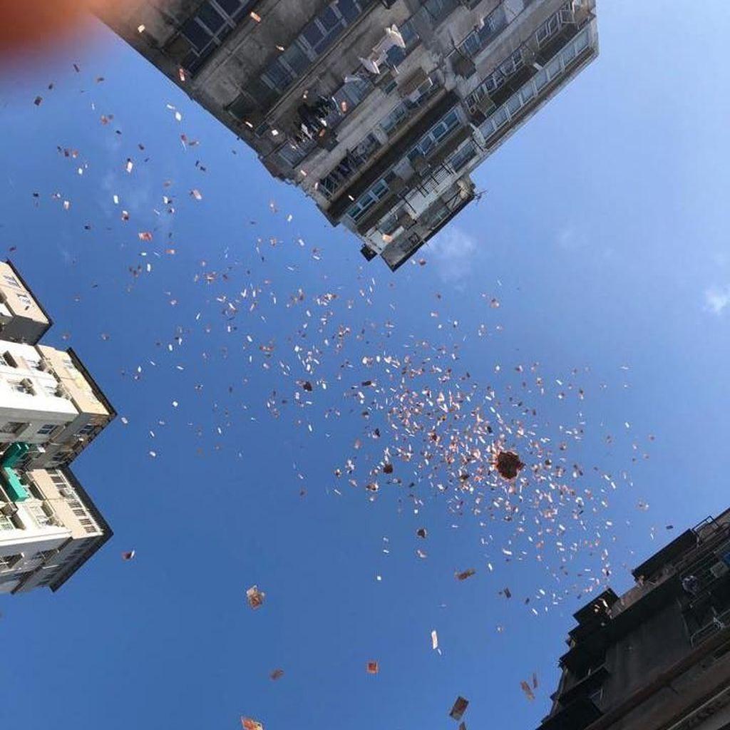 Momen Heboh Hujan Uang di Jalanan Hong Kong