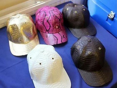 Topi illegal yang terbuat dari kulit ular yang dijual Stephanie