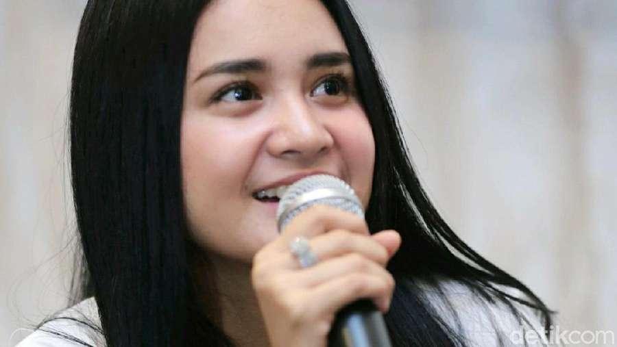 Senyuman Manis Michelle Ziudith