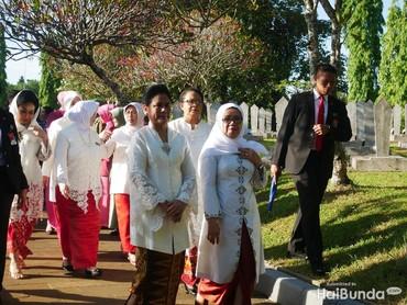 Senyum Iriana, Yohana Yembise dan Mufidah Jusuf Kalla pada awak media di tengah perjalanan menuju ketiga makam.