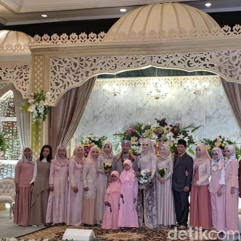 Adat Sunda Iringi Resepsi Pernikahan Opik-Bebi di Bandung