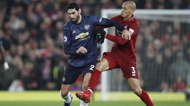 Pergantian pemain Diogo Dalot dengan Marouane Fellaini juga dianggap aneh.