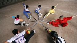 Para bocah sedang berlatih Kung Fu! Lihatnya saja sudah bikin berdecak kagum. Soalnya badan mereka benaar-benar lentur banget, lho. Luwes deh!