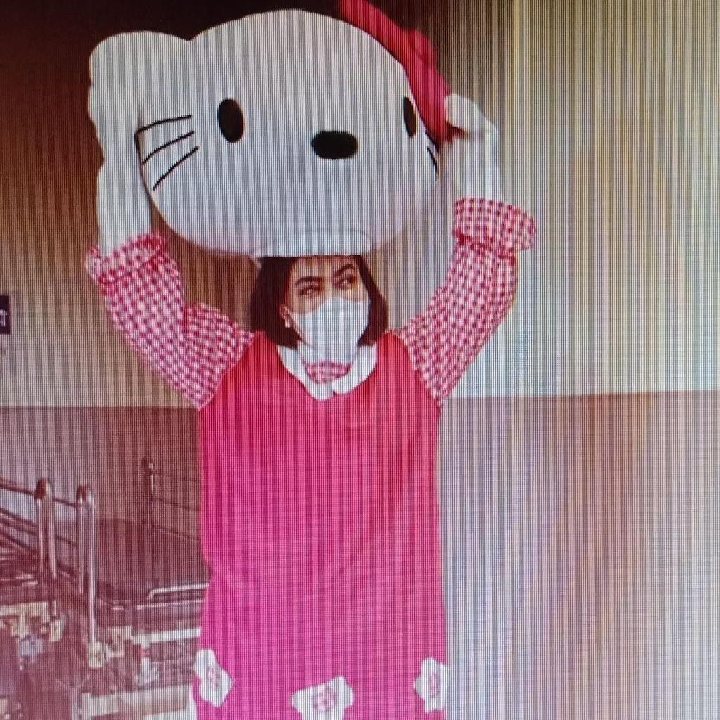 Haru! Aksi Denada Jadi Hello Kitty Demi Anak yang Sakit