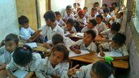 Anak-anak yang sedang sekolah di Desa Komodo