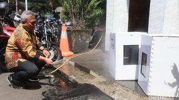 Ketua KPU Semprot Kardus Kotak Suara dengan Air