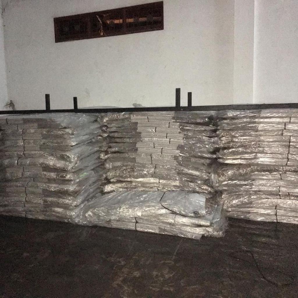 Foto: Tumpukan 2.065 Kotak Suara Kardus Terendam Banjir di Bali