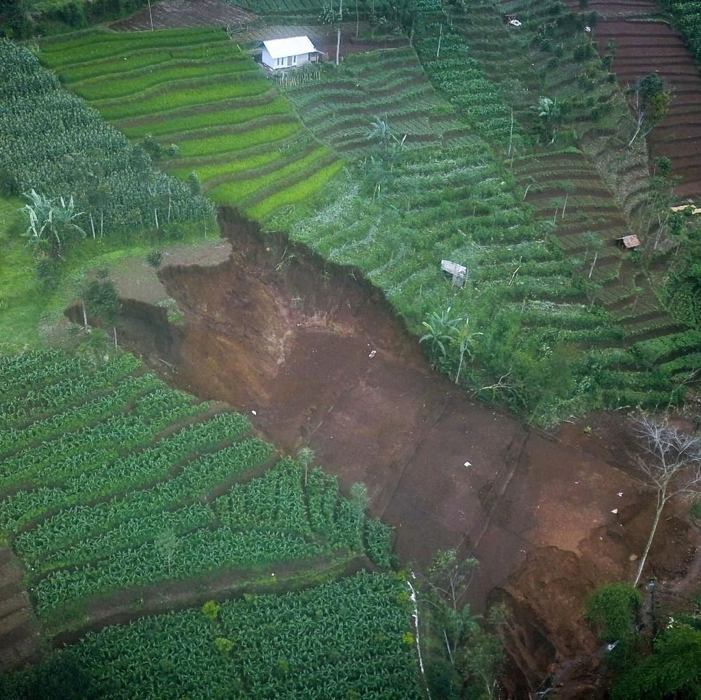 Penampakan Longsor yang Melanda Kabupaten Bandung
