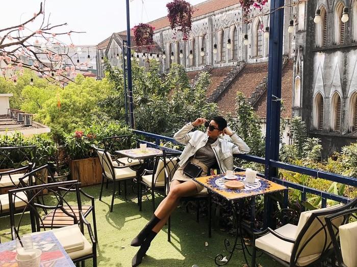 Wanita berambut cepak ini sebelumnya sudah menanggapi ledekan dari Miss USA terkait kemampuan bahasa Inggrisnya. HHen Nie justru membela Miss USA dan mengatakan bahwa ia justru telah membantunya. Foto: Instagram hhennie.official