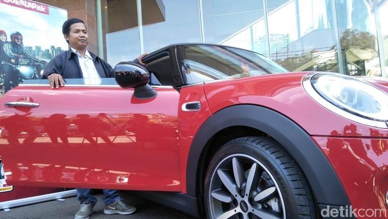 Dedi sumringah mendapatkan mobil MINI Cooper seharga Rp 12.000 Foto: Ruly Kurniawan
