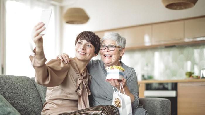 Ilustrasi pertemuan anak dengan ibunya setelah bertahun-tahun. Foto: iStock