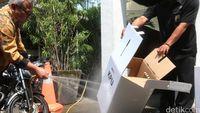 Pembuktian! Kotak Suara 'Kardus' Tak Rusak Disemprot Air dan Diduduki