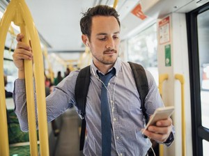 4 Cara Memegang Smartphone yang Bisa Ungkap Kepribadian Kamu