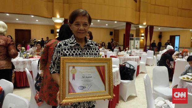 Tati Sumira pernah bekerja sebagai kasir apotek selama 20 tahun.