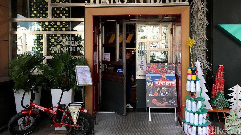 Gokil! Ada Mobil F1 Ditempel di Dinding Cafe Ini