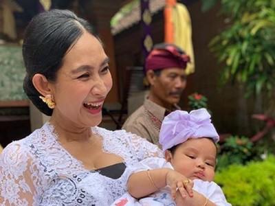 Foto-foto Menggemaskan Anak Kedua Happy Salma