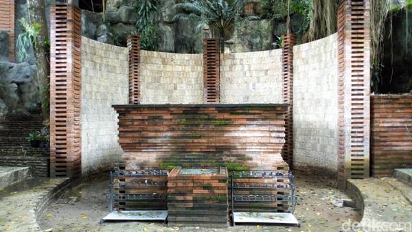 Di dalam area wisata Gua Maria Fatima ini terdapat tempat parkir, toilet, aula, serta sumber air jernih khas pegunungan. Plaza sebagai tempat beribadah pun sudah tertata rapi. Tempatnya luas, asri dan sejuk khas pegunungan. (Charolin Pebrianti/detikTravel)