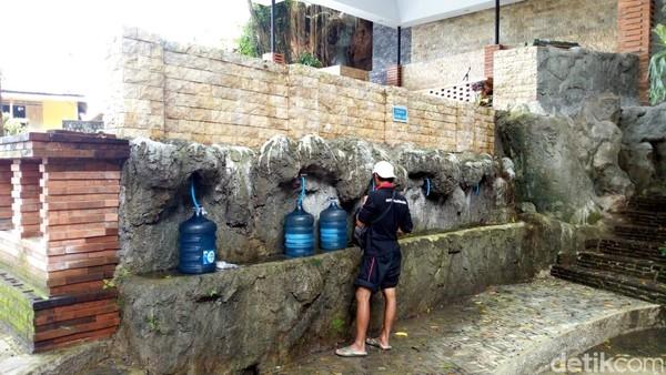 Sumber air di Gua Maria Fatima ini pun dipercaya bisa menyembuhkan berbagai penyakit. Sebab, airnya berasal dari sumber alami. Tak sedikit para jemaat juga membawa air dari sini untuk penyembuhan. (Charolin Pebrianti/detikTravel)