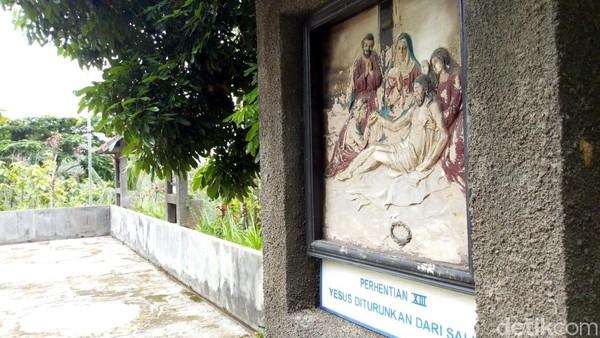 Gua Maria Fatima dihiasi 14 ornamen relief tentang kisah Yesus. Traveler bisa membacanya satu per satu untuk lebih tahu mengenai kisah perjalanan hidup Yesus. (Charolin Pebrianti/detikTravel)