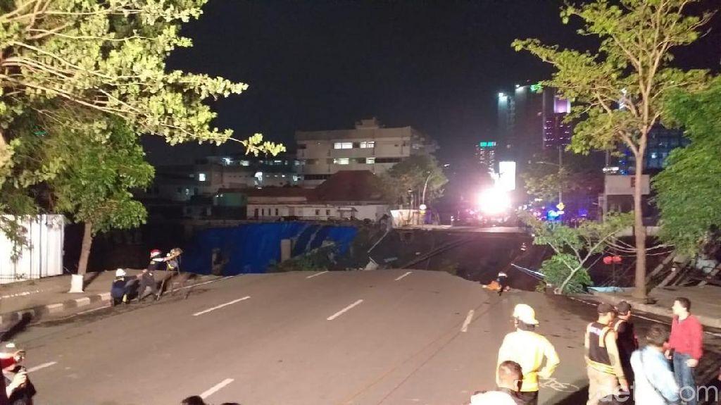 Saksi Dengar Ledakan Sebelum Crane di Jalan Gubeng Ambruk