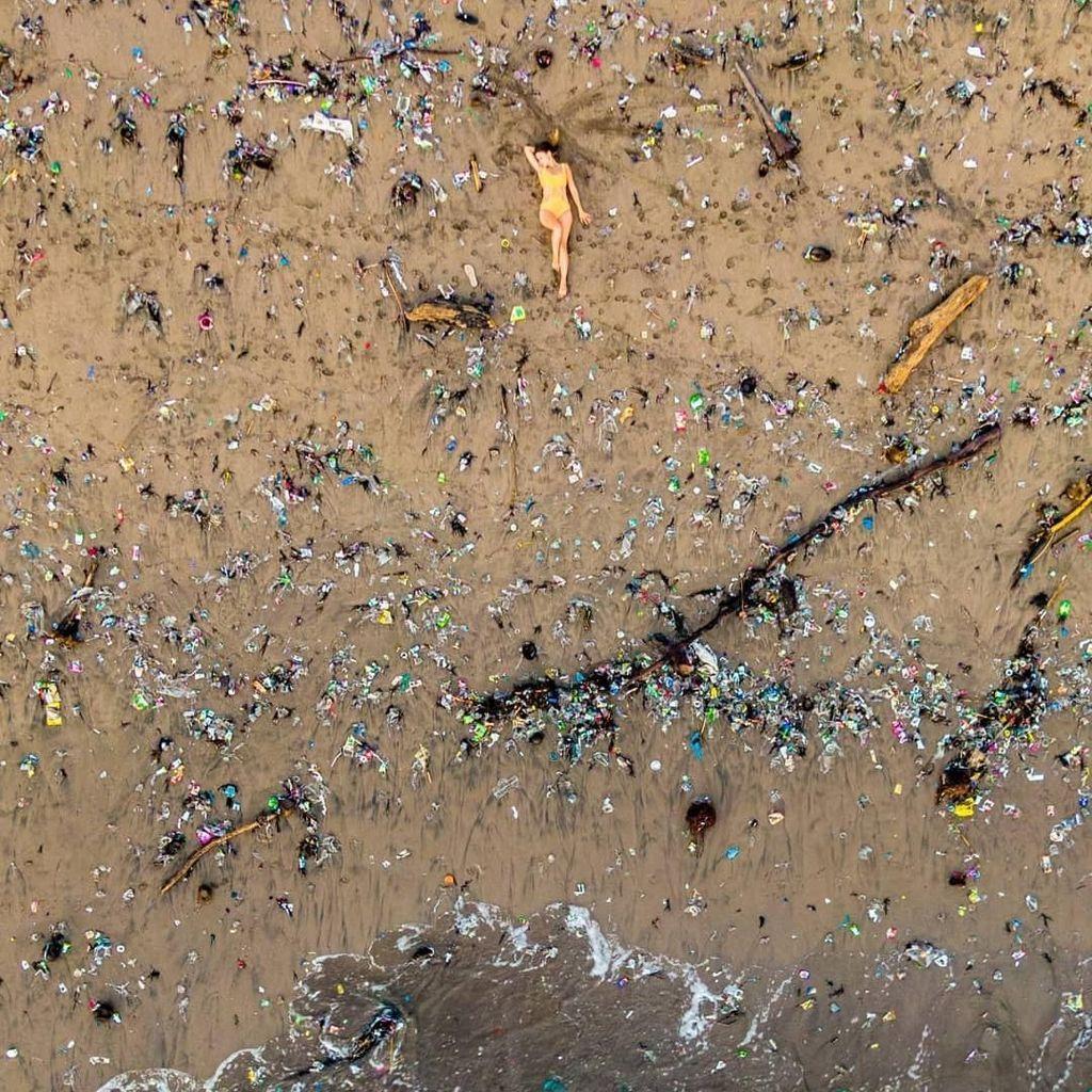 WN Inggris Ungkap Cerita di Balik Foto Viral Sampah Penuhi Pantai di Bali