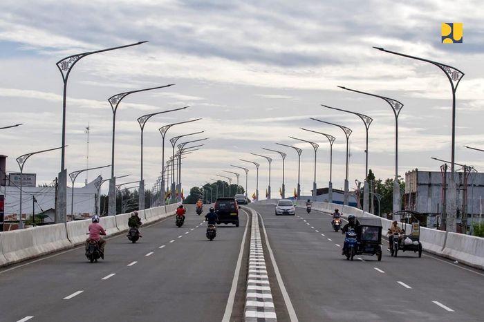 Di Provinsi Aceh, Kementerian PUPR meningkatkan kelancaran lalu lintas Kota Banda Aceh. Pada tahun ini telah diselesaikan pembangunan flyover (jalan layang) Simpang Surabaya. Pool/Kementerian PUPR.