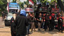 Buruh Demo di Balai Kota Minta Anies Revisi UMP DKI