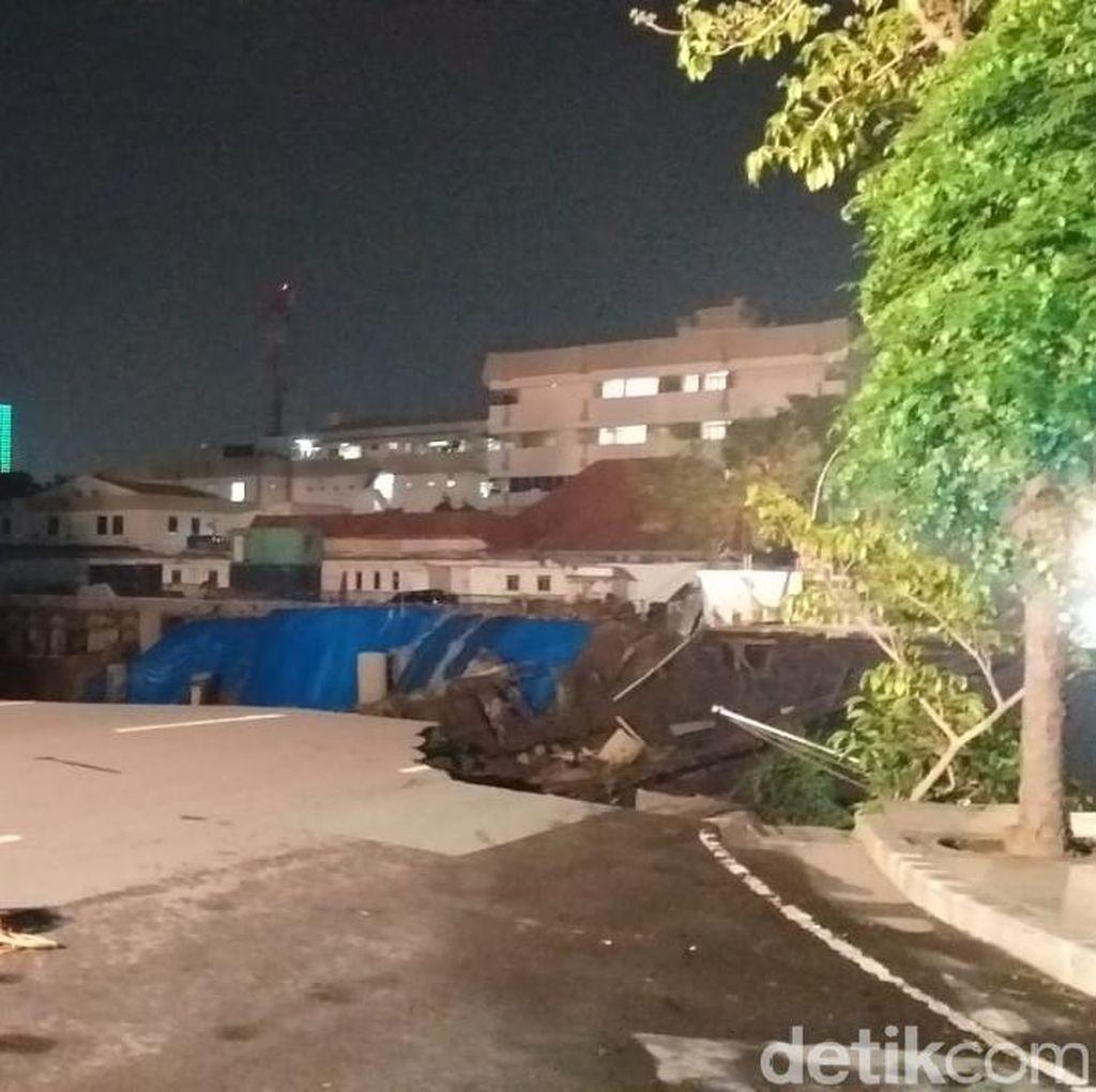 Ngeri, Jalan Gubeng Ambles Efek Crane Ambruk di RS Siloam