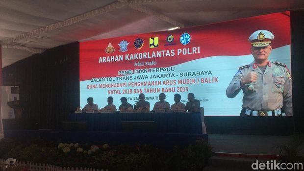 Kakorlantas Polri Irjen Refdi Andri memberikan pengarahan ke kasat lantas seluruh Polres di Jawa Timur.