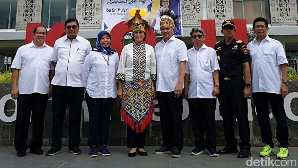 Pakai Topi Khas Papua, Sri Mulyani ke PLBN Skouw hingga Pasar