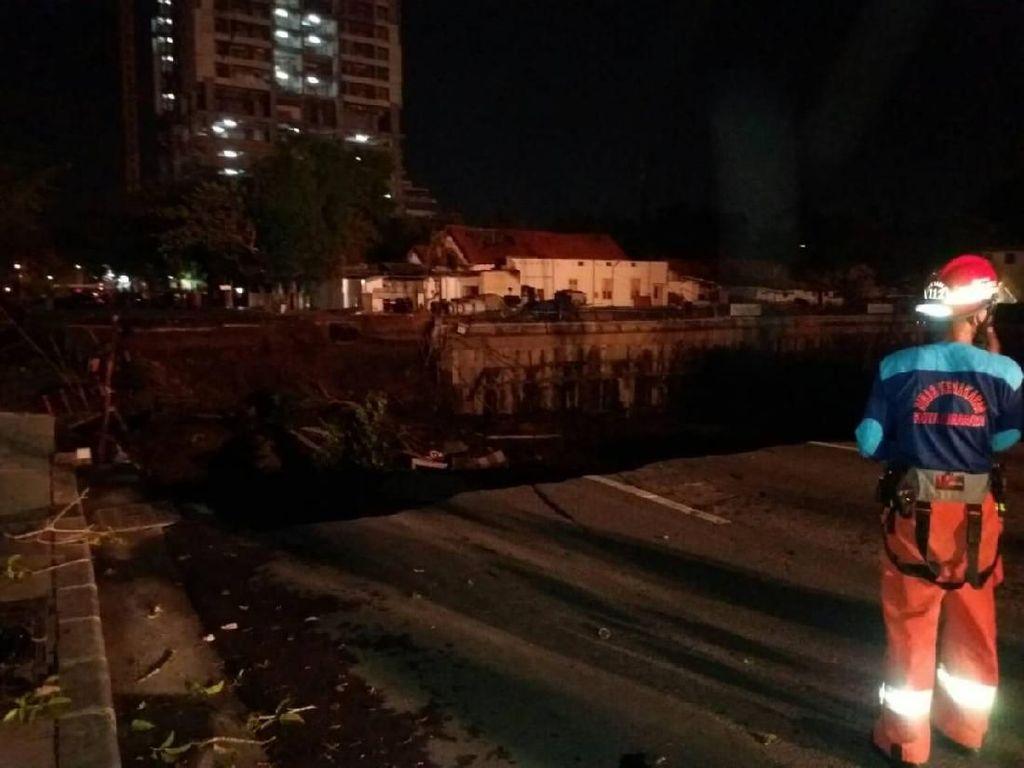 Jalan Gubeng Putus Akibat Ambles, Lalu Lintas 2 Arah Ditutup