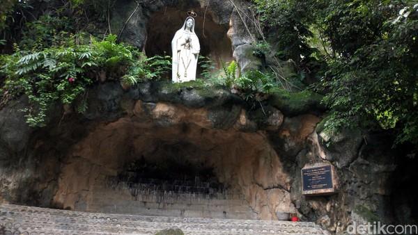 Lokasi Gua Maria Fatima ini berada di Desa Klepu, Kecamatan Sooko, Ponorogo. Gua ini ditandai dengan Patung Maria Fatima setinggi 5 meter. (Charolin Pebrianti/detikTravel)
