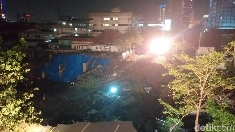 Cek Ada Korban Atau Tidak, Tanah Ambles di Jalan Gubeng Disisir